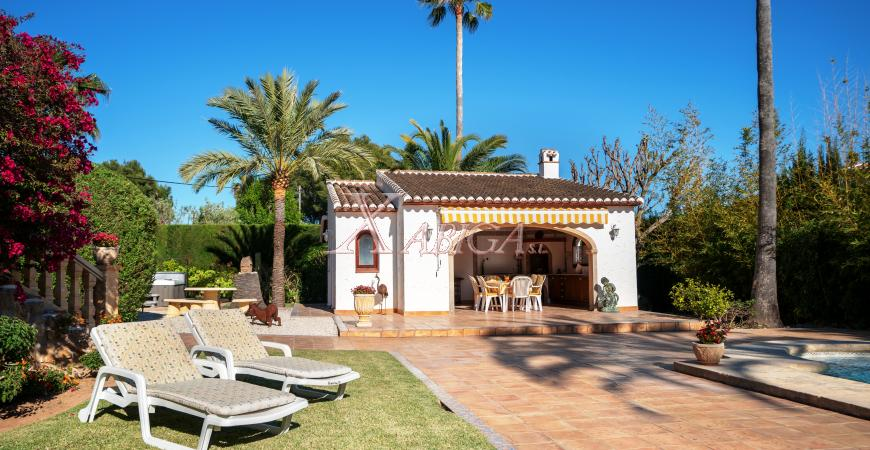 Outdoor area with sun loungers in chalet for sale in Jávea - Xabiga Inmobiliaria