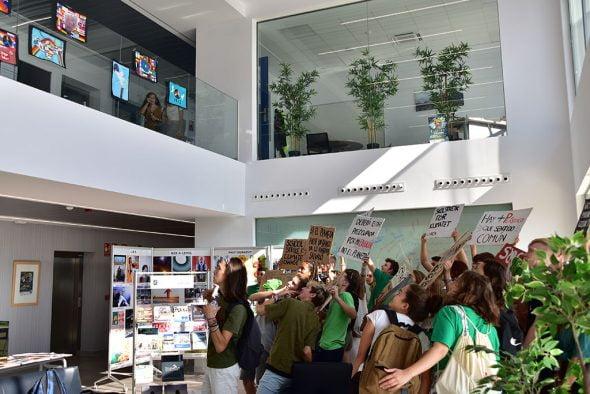 Imagen: Acción reivindicativa a favor del clima de los alumnos de The Lady ELizabeth School