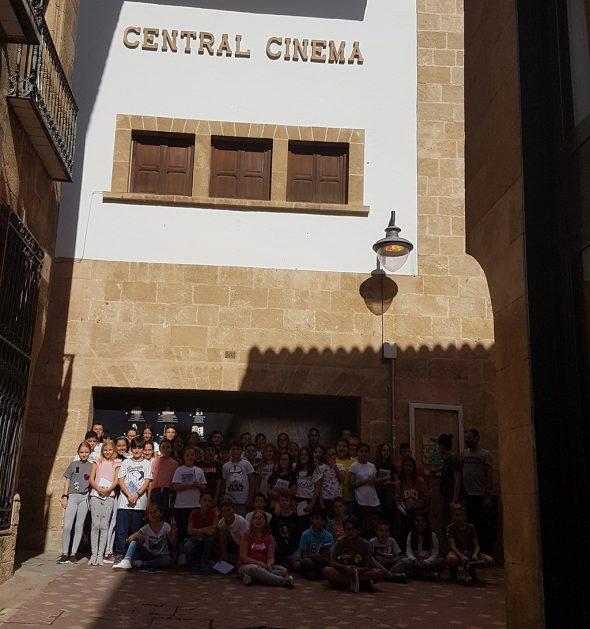 Imagen: Alumnos del CEIP Vicente Tena trabajan en el nuevo proyecto sobre el Central Cinema