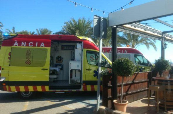Imatge: Ambulàncies que han assistit a la víctima a la platja de l'Arenal