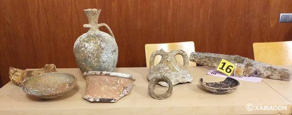 Imagen: Ceramica y cepo recuperado de los fondos marinos del Portitxol