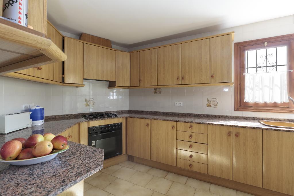 Cocina equipada en una casa de alquiler para vacaciones – Quality Rent a Villa
