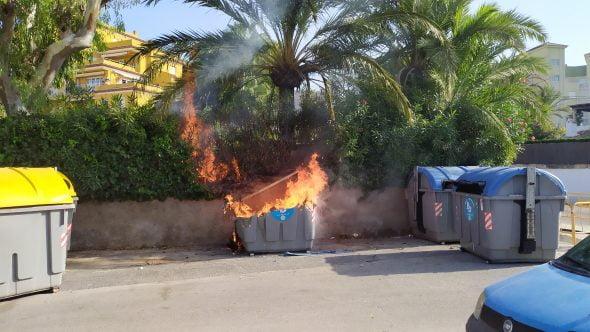 Imagen: Contenedor en llamas entre Calle Atenas y Esparta