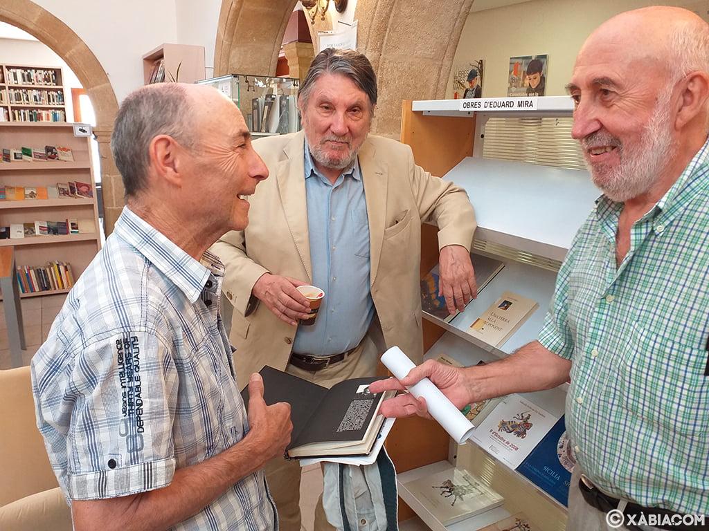 Eduard Mira junto a vecinos que han asistido a la donación de libros