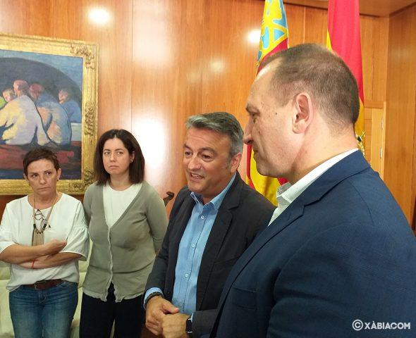 Imatge: El conseller d'Habitatge en la visita a l'Ajuntament de Xàbia