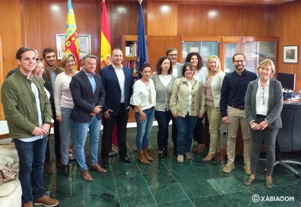 Imagen: El conseller Martínez Dalmau con la corporación local