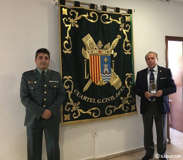 Imagen: El teniente, Javier Soliveres y el empresario, José María Amor, junto al Repostero