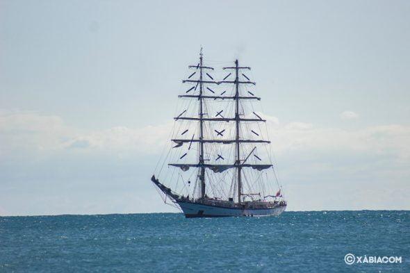 Imagen: El velero Fryderyk Chopin en aguas de la Bahía de Xàbia