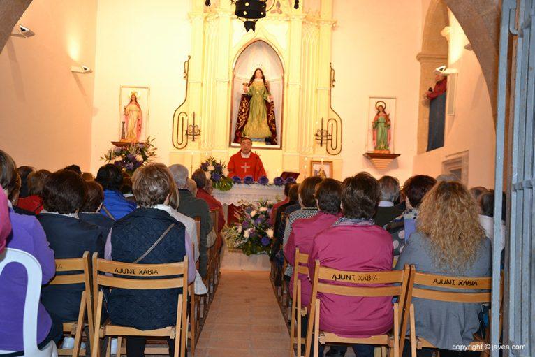 Eucaristía en el interior de la Ermita de Santa Lucía