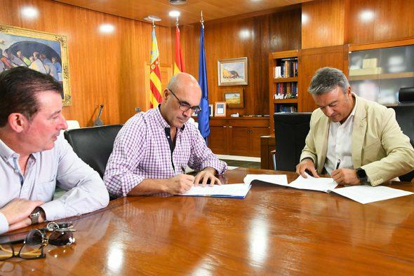 Imagen: Firma del convenio con la Asociación de Restauradores Xàbia