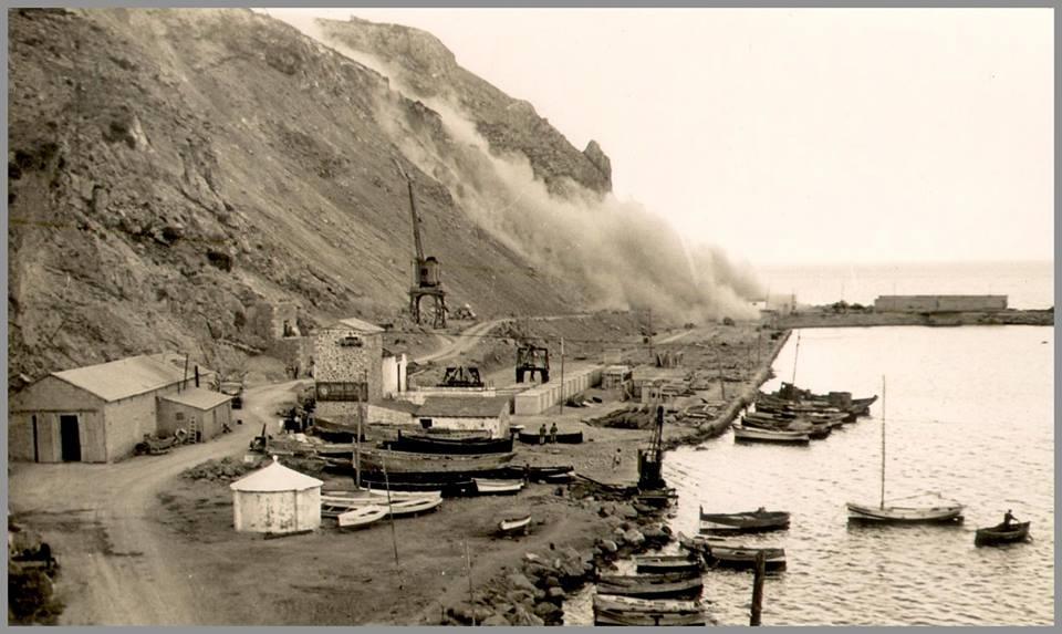 Foto de la construcció del port