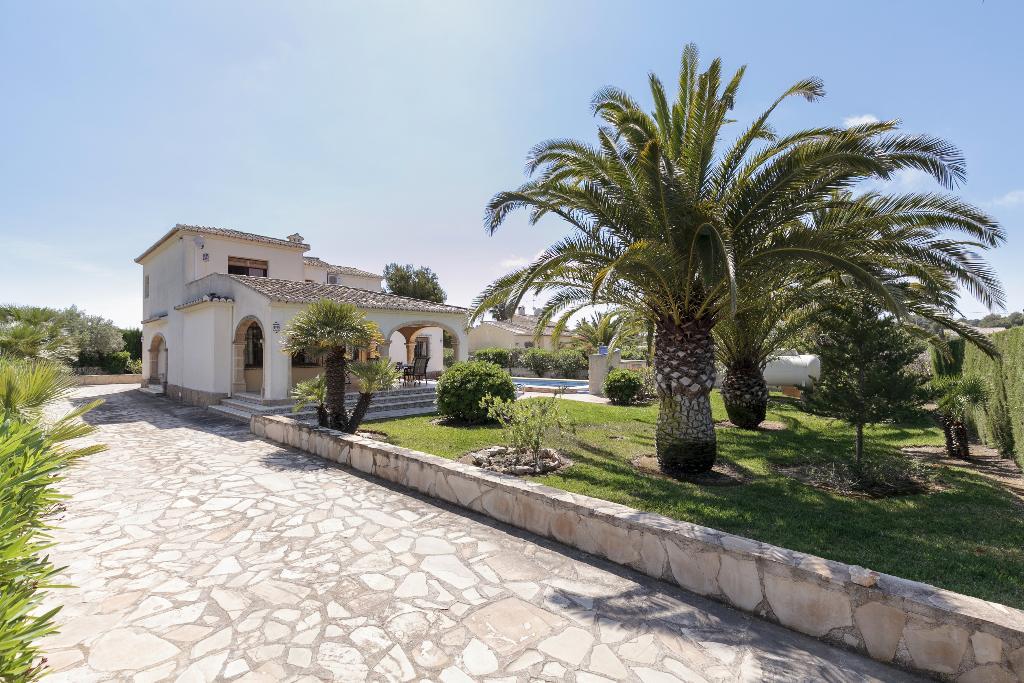 Jardín con césped y palmeras – Quality Rent a Villa