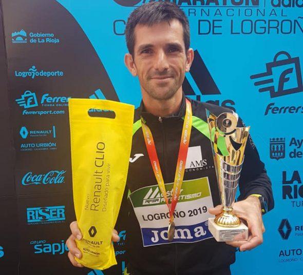 Imatge: José Manuel Garcia content amb els seus trofeus