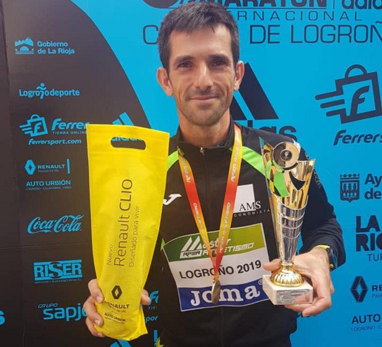 José Manuel Garcia contento con sus trofeos