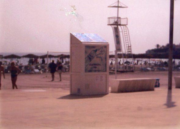 Bild: Getränkeautomat, der mit am Strand von Arenal installierten Sonnenkollektoren arbeitet