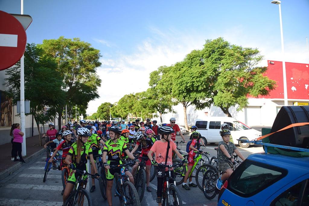Veel jonge mensen die deelnemen aan de Xàbia Bicycle Day