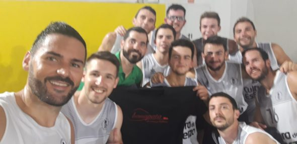 Image: Oscar Butler with the seniors of CB Joventut Xàbia