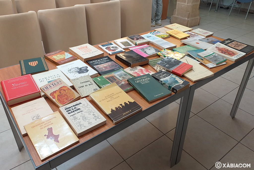 Parte de los libros donados por Eduard Mira a la Biblioteca de Xàbia