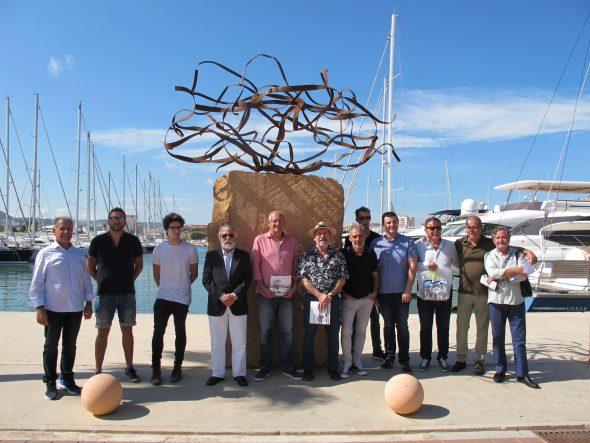 Изображение: участники выставки рядом с скульптурой-победителем