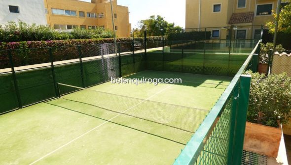 Image: Paddle tennis court in the common areas of an apartment for sale in Jávea - Inmobiliaria Belen Quiroga