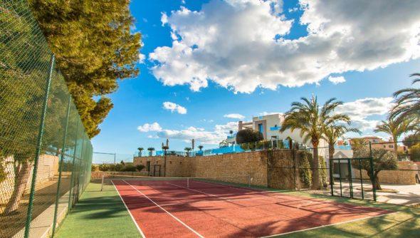 Imagen: Pista de tenis en una villa de lujo en venta - Fine & Country Costa Blanca Norte
