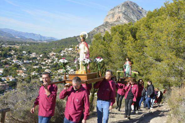Romeria pels voltants de l'ermita el dia de la festivitat