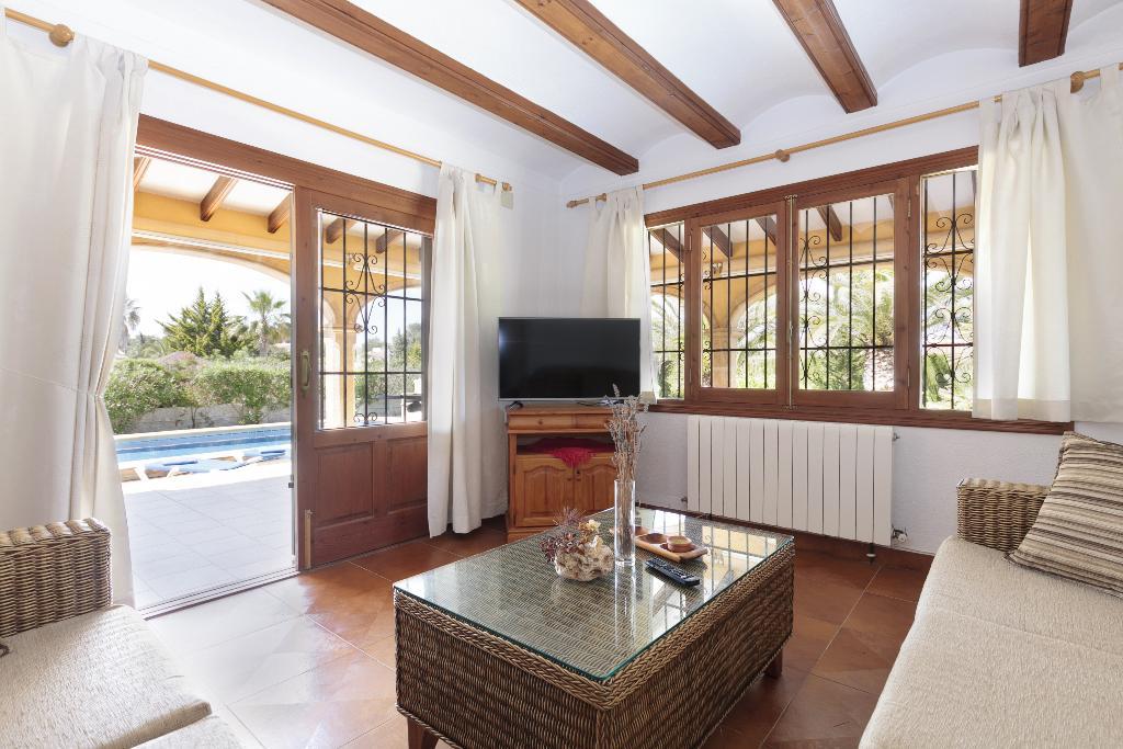 Sala de estar con salida a la piscina – Quality Rent a Villa