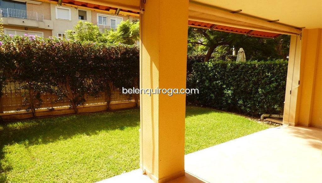 Terraza cubierta con vista al jardín – Inmobiliaria Belen Quiroga