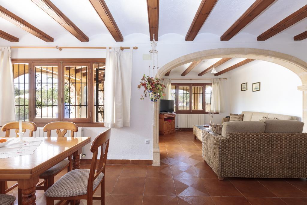 Salón comedor en una casa cerca del Cabo de la Nao – Quality Rent a Villa