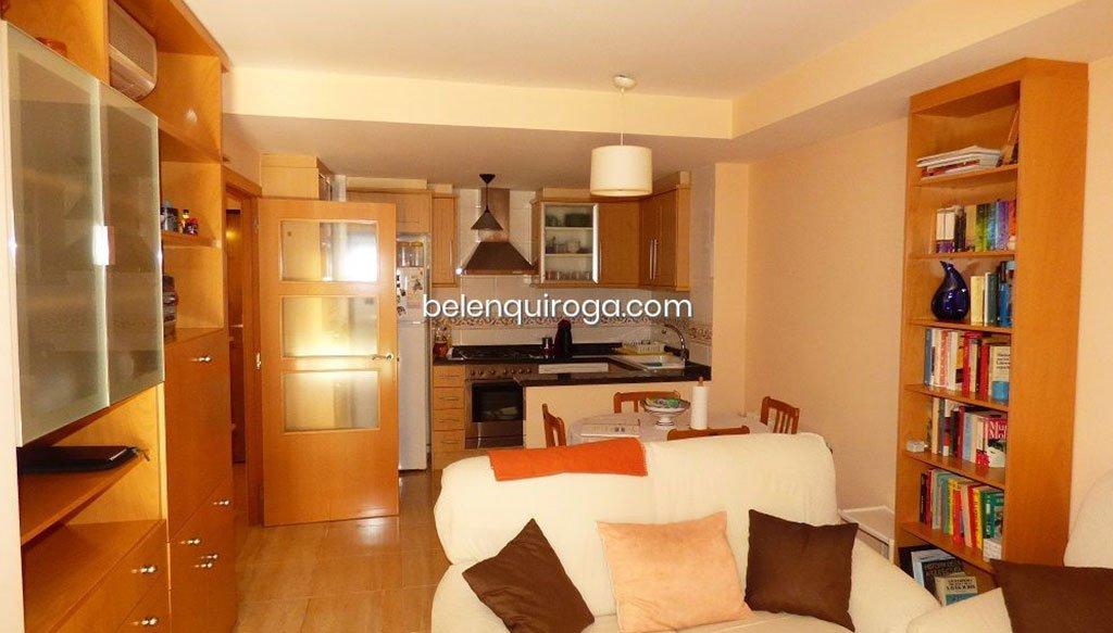 Salón con cocina abierta equipada – Inmobiliaria Belen Quiroga