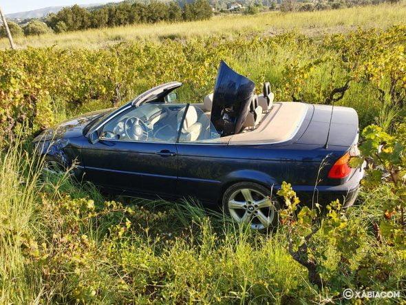 Imagen: Vehículo que caído a la parcela de la carretera de Gata