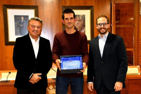 Imagen: Entrega de la placa en homenaje al título conseguido de Campeón de España