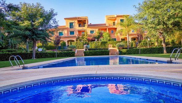 Imatge: Exterior amb piscina en un residencial de luxe - L & T Properties