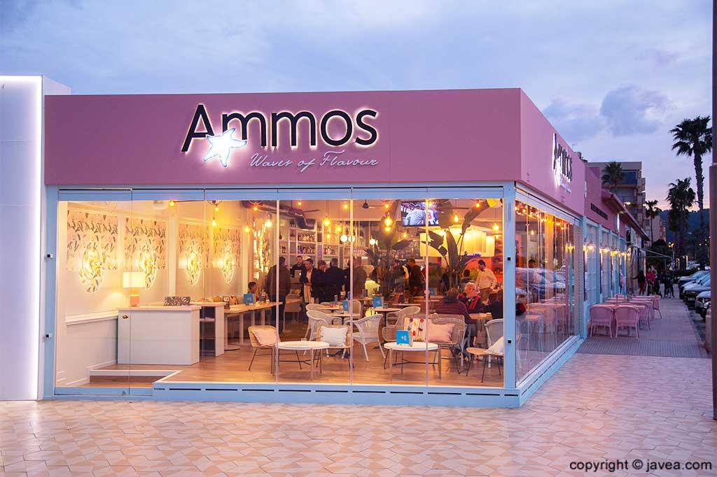 Fachada de noche en Restaurante Ammos
