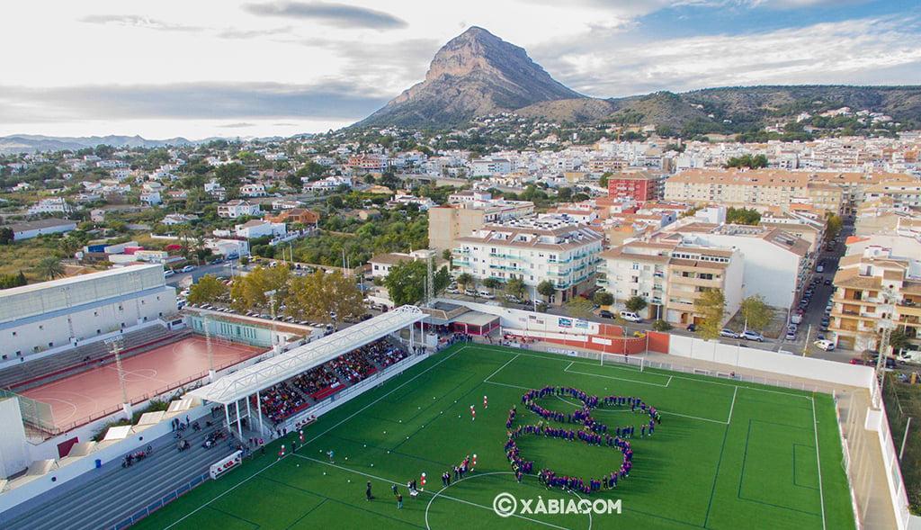 Foto área del momento de la creación del 80 por los jugadores de la escuela