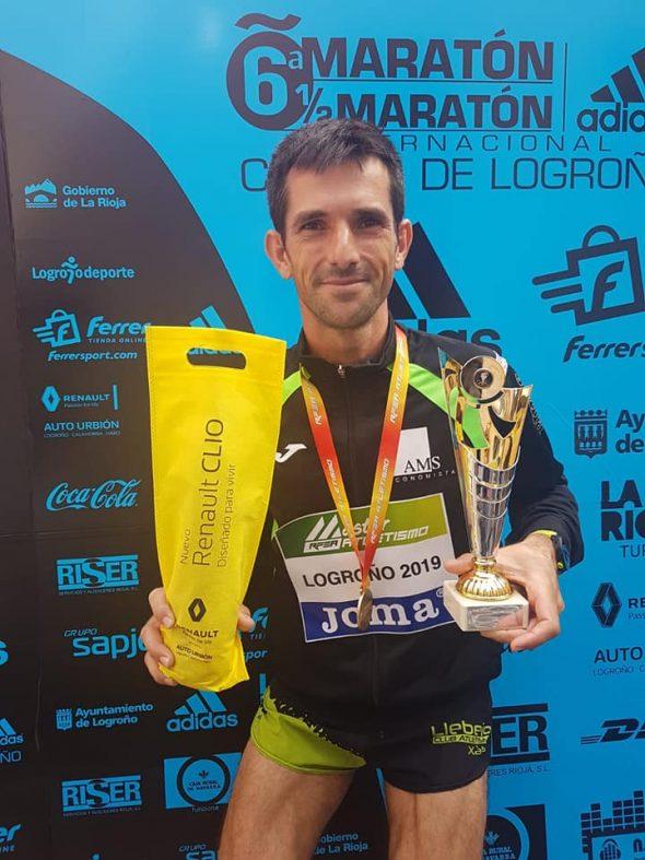 Image: José Manuel García Barragán avec le trophée