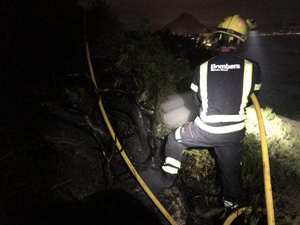 Imagen: Los bomberos extinguen un incendio forestal en la Cala Blanca