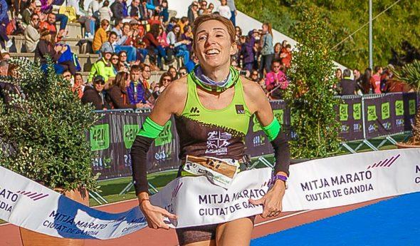 Imagen: Mª Isabel ganando la Media Maratón de Gandía