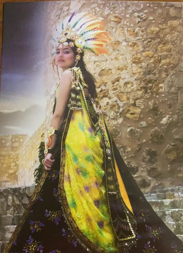 Imagen: Primera abanderada de la Filà Xibia, Mónica Leal
