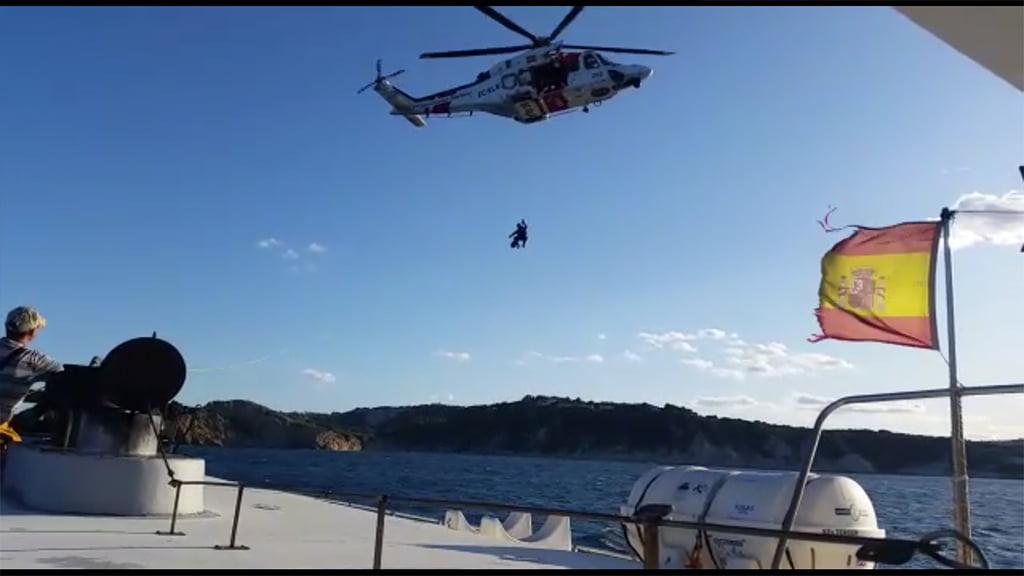 Rescate del Helimer 202 en un catamarán semihundido en el Portitxol