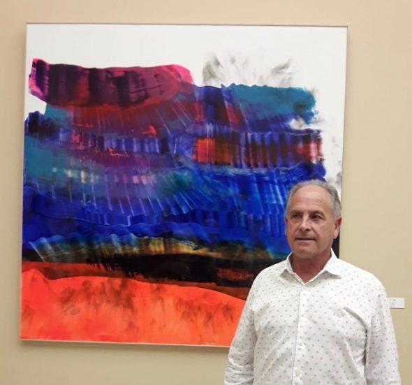 Изображение: Tomás Sivera рядом с работой 'Turkana', выставленной в музее Валенсии