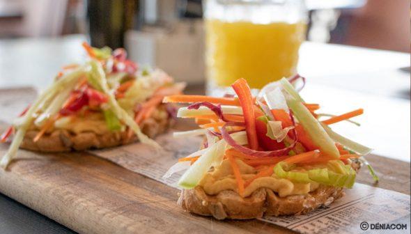 Imagen: Tostada de pan de semillas, hummus y crudité de verduras - Pa Picar Algo