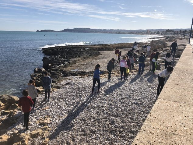 Imagen: Alumnos del Port de Xàbia limpiando la Playa de La Grava