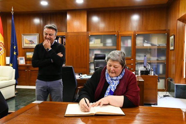 Imatge: Ana María signatura en el llibre d'honor de Xàbia