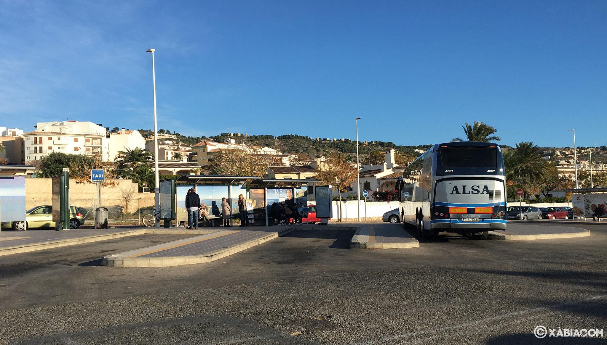 Autobús aparcado en la estación de autobuses de Jávea