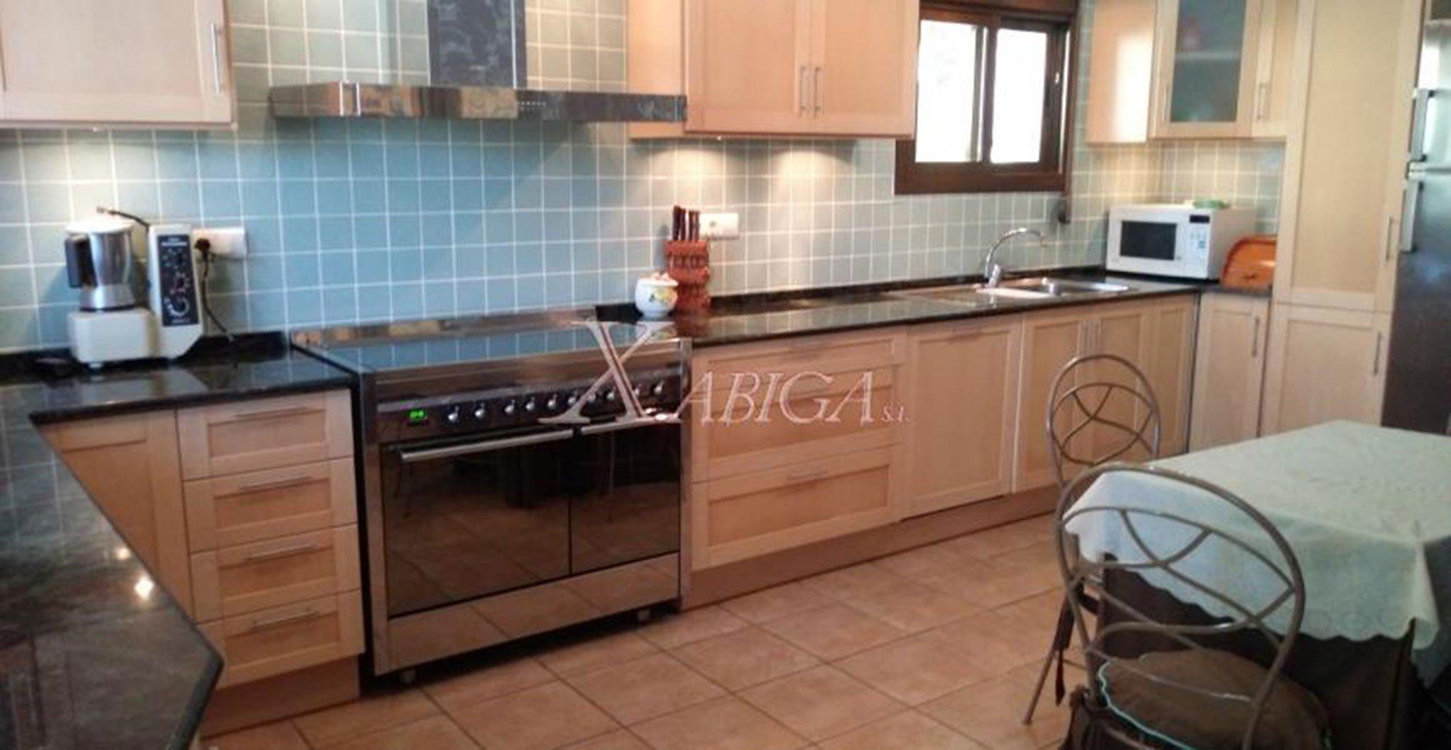 Cocina amplia en una casa en venta muy cerca del puerto de Jávea – Xabiga Inmobiliaria