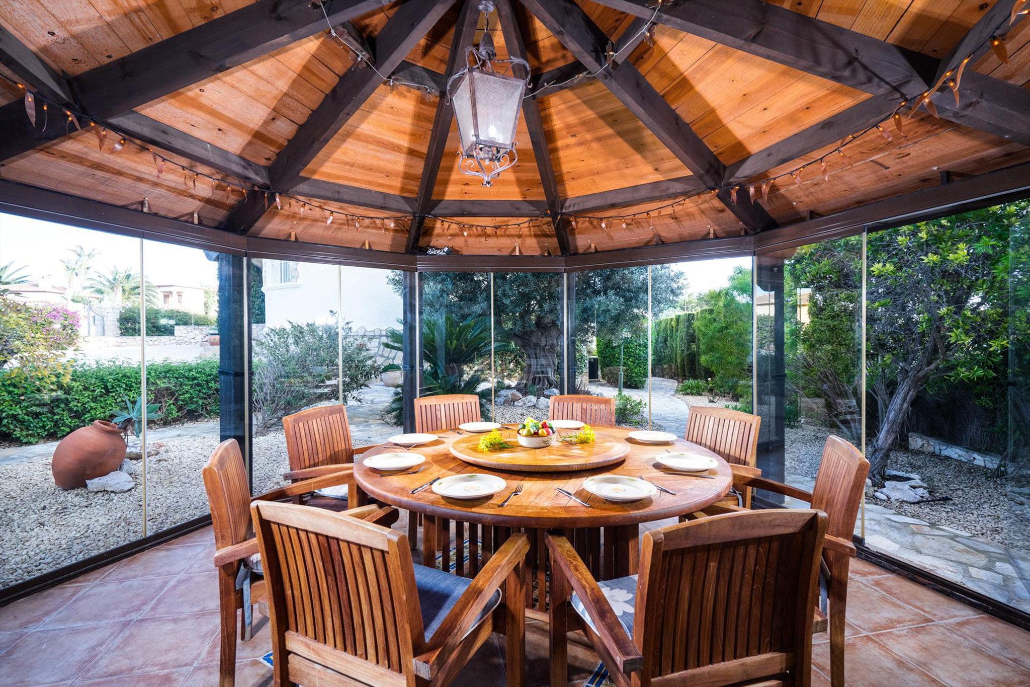 Comedor exterior en una casa de vacaciones en Jávea – Aguila Rent a Villa