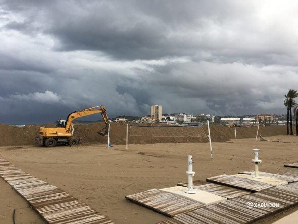 Imagen: Construcción del dique en la Playa del Arenal