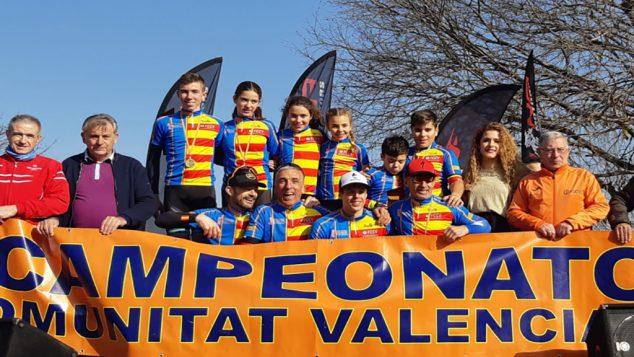 Imagen: David Ivars entre los campeones autonómicos de Ciclocross