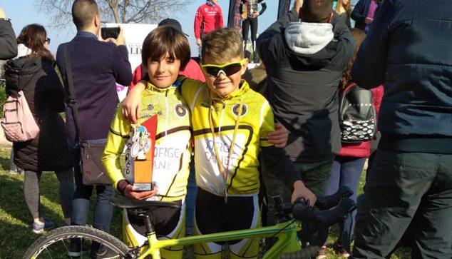 Imagen: Dos jóvenes ciclsitas del CC Jávea